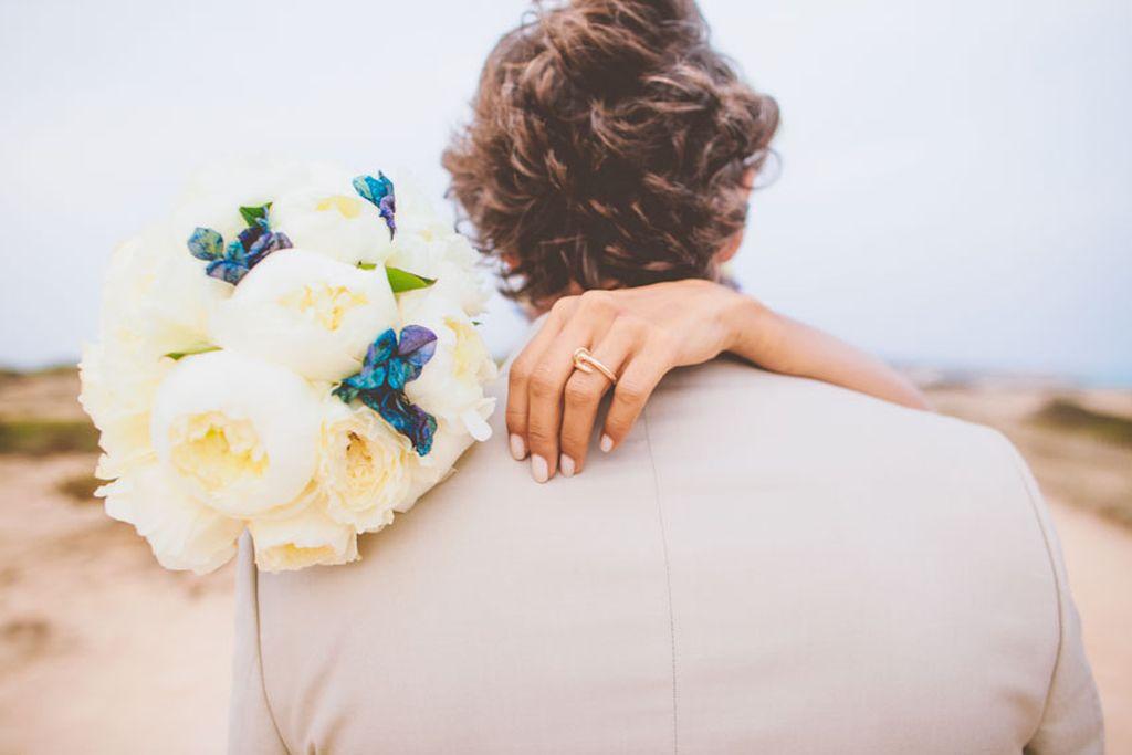 beso novios ramo de flores