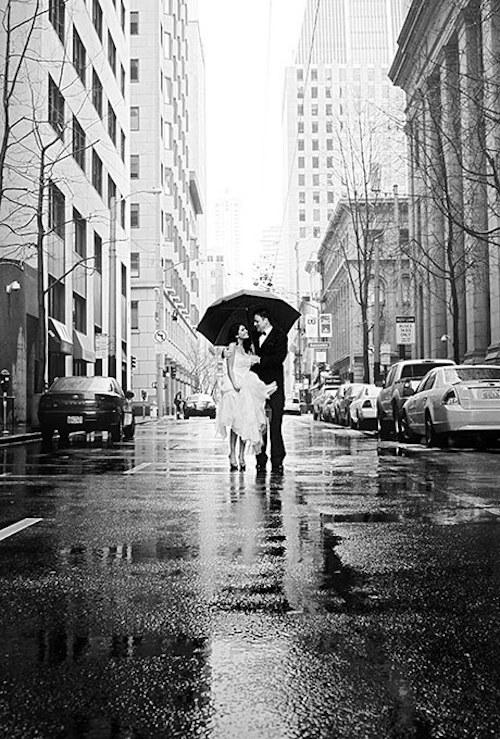 novios bajo la lluvia