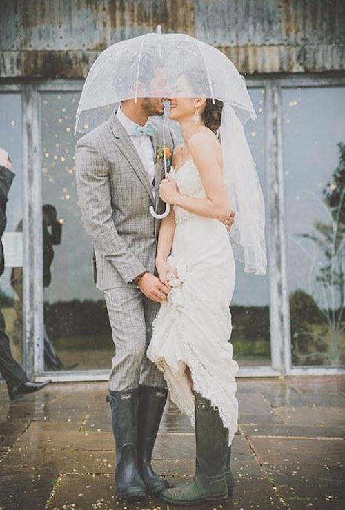 novios bajo la lluvia paraguas transparente
