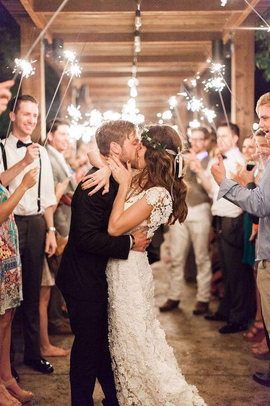 No nos cansamos de repetir que nos encanta nuestro trabajo y es que organizar una boda implica emoción y poder hacer realidad el sueño de muchas parejas que quieren un día mágico y perfecto lleno de sorpresas para sus familiares y amigos. Y de eso os vamos a hablar en el siguiente post, de cómo podéis sorprender tanto a los invitados, como a los propios novios el día de la boda, en definitiva de esos momentos tan especiales y únicos que tienen las bodas. Nosotras, como wedding planners, ayudamos y guiamos a nuestras parejas a la hora de elegir el proveedor que mejor se adapta a sus necesidades para su boda. Una vez tenemos los conceptos básicos cubiertos (flores, fotos, catering…) vienen otras búsquedas de detalles y sorpresas para las parejas más detallistas, que llenarán de momentos mágicos su Gran Día y harán que esa boda sea recordada por sus invitados para siempre. Atrás quedaron los PowerPoint caseros, eso sí, hechos con mucho amor por parte de algún familiar o amigo más íntimo, donde un no parar de imágenes inundaban la sala del banquete. Así que, tomad nota de las siguientes ideas si queréis vivir algún momento especial el día de vuestra boda. Bengalas durante el baile de novios: El momento de vuestro baile, es uno de los más especiales, y si tenéis a todos vuestros invitados alrededor con una bengala, el momento se hace aún más mágico si cabe.
