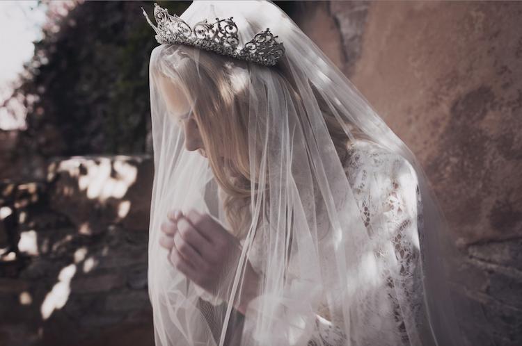 novias con tocados: coronas