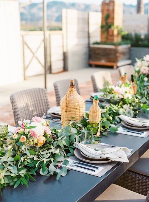 decoración mesa con damajuanas